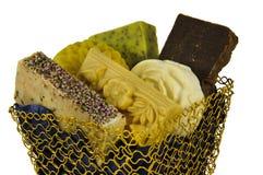 Handgemachte Seife in einem Korb Stockbilder