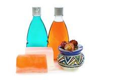 Handgemachte Seife, Flasche zwei des Duschgels und Vase Stockfotografie
