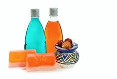 Handgemachte Seife, Flasche zwei des Duschgels und Vase Lizenzfreies Stockbild