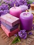 Handgemachte Seife, Kerze und Flieder Stockbilder