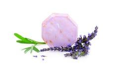 Handgemachte Seife mit dem Lavendel lokalisiert auf Weiß stockfoto