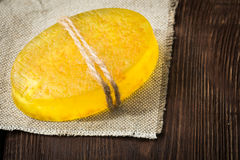 Handgemachte Seife mit natürlichen Kräutern und Ölen Lizenzfreie Stockfotografie