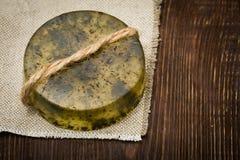 Handgemachte Seife mit natürlichen Kräutern und Ölen Lizenzfreies Stockbild