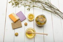 Handgemachte Seife mit Zitrone, Oliven und Honig auf die Holztischoberseite Stockbilder