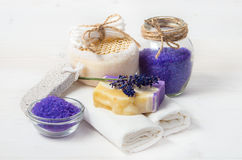 Handgemachte Seife und Zubehör des Lavendels für Körperpflege Lizenzfreies Stockbild