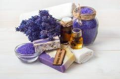 Handgemachte Seife und Zubehör des Lavendels für Körperpflege Stockbild