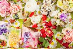 Handgemachte Seifen auf einem Korb verziert mit Blumen Stockfotografie