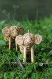 Handgemachte Stellung des Elefantrattans durch hohes Gras Lizenzfreie Stockfotografie