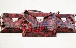Handgemachte Tasche gemacht vom Kunstleder auf einem weißen Hintergrund Patenthandtasche der Frauen stockfoto