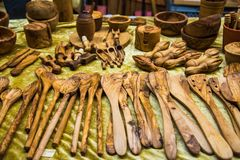 Handgemachte Teller gemacht vom olivgrünen Holz deutschland Lizenzfreie Stockbilder