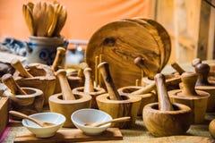 Handgemachte Teller gemacht vom olivgrünen Holz deutschland Stockbilder
