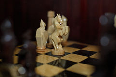 Handgemachte Uhren des hölzernen Schachs Gold Lizenzfreie Stockbilder