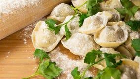 Handgemachte ungekochte Ravioli auf Holztisch Lizenzfreies Stockfoto