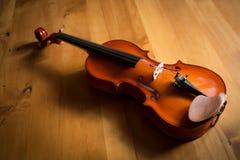 Handgemachte Violine auf hölzernem Hintergrund Lizenzfreie Stockfotografie
