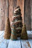 Handgemachte Weihnachtsbäume mit Kegeln Lizenzfreie Stockfotografie