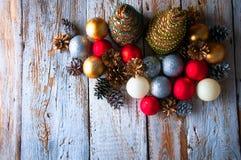 Handgemachte Weihnachtsbäume mit Kegeln und Weihnachtsdekorationen Lizenzfreie Stockfotos