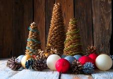 Handgemachte Weihnachtsbäume mit Kegeln und Weihnachtsdekorationen Stockfoto