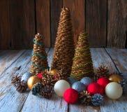 Handgemachte Weihnachtsbäume mit Kegeln und Weihnachtsdekorationen Lizenzfreie Stockbilder