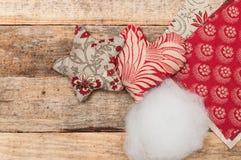 Handgemachte Weihnachtsdekoration, -stern und -herz gemacht vom Gewebe stockbilder