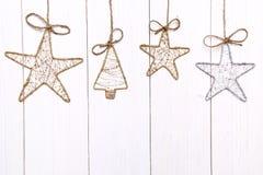 Handgemachte Weihnachtsverzierungen auf dem hölzernen Hintergrund Stockbild