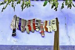 Handgemachte Wollsocken, die an der Wand hängen Lizenzfreies Stockfoto
