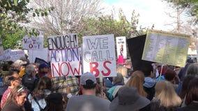 Handgemachte Zeichen beim März für unsere Leben-Demonstration in Burbank, CA stock video