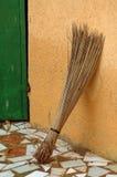 Handgemachter afrikanischer Strohbesen Stockfoto