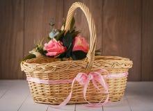 Handgemachter Bambuskorb verziert mit Blumen Lizenzfreie Stockfotos