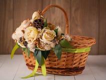 Handgemachter Bambuskorb verziert mit Blumen Stockbilder