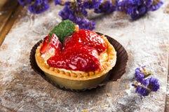 Handgemachter Beerenkuchen auf hölzernem Hintergrund Lizenzfreie Stockbilder