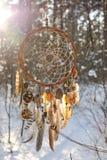 Handgemachter colorfull Traumfänger im schneebedeckten Wald Stockfoto