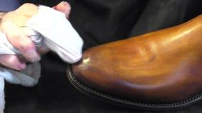 Handgemachter Farbton und Sorgfalt von Schuhen stock video