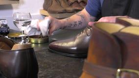 Handgemachter Farbton und Sorgfalt von Schuhen stock footage