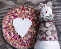 Handgemachter Filzschneemann neue Ideen, das Haus zu verzieren dieses Weihnachten Glaskugeln getrennt auf einem weißen Hintergrun Lizenzfreie Stockfotos