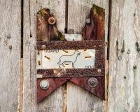 Handgemachter Holz-und Metallschutz Dog Sign auf Zaun Lizenzfreie Stockfotos