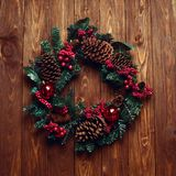 Handgemachter Kranz der Weihnachtszusammensetzung Weihnachtsauf hölzernem backgr Stockbild