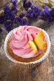 Handgemachter Kuchen auf hölzernem Hintergrund Lizenzfreie Stockfotos
