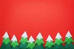 Handgemachter Origamipapierhandwerk Weihnachtsbaum auf rotem Papier Stockfotografie