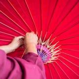 Handgemachter Regenschirmherstellungsprozeß Lizenzfreie Stockfotografie