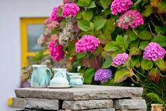 Handgemachter Teesatz auf einer Steinwand stockfotos