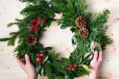 Handgemachter Weihnachtskranz mit Tanne, pinecones Stockfoto