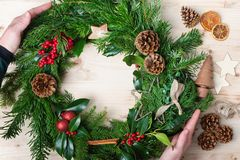 Handgemachter Weihnachtskranz mit Tanne, pinecones Stockbild
