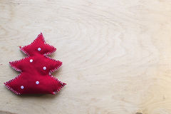 Handgemachter Weihnachtstannenbaum auf dem hölzernen Hintergrund Stockfoto