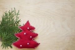 Handgemachter Weihnachtstannenbaum auf dem hölzernen Hintergrund Stockbild