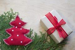 Handgemachter Weihnachtstannenbaum mit Weihnachtsgeschenkbox auf dem woode Stockfoto