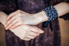 Handgemachtes Armband auf dem Arm einer jungen Frau Stockbilder