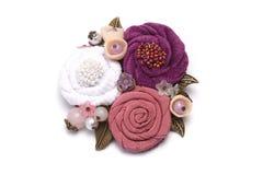 Handgemachtes Bestehen der Brosche von den weißen, rosa und lila Blumen, die vom Stoff machen lizenzfreie stockfotos