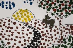 Handgemachtes Bild der Sommerlandschaft mit Sonne, Applebaum und Bahn und eine schwarze Katze Abstrast-Kunst mit Punkten des Zeic Stockfoto