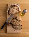 Handgemachtes Brot schnitt gerade geschlossenes zu einer Ölflasche lizenzfreies stockfoto