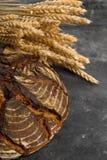 Handgemachtes Brotlaib mit den Weizenähren Stockfotografie